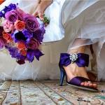 Pantofi de mireasa care se asorteaza cu buchetul