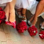 Mireasa si domnisoare de onoare cu pantofi colorati